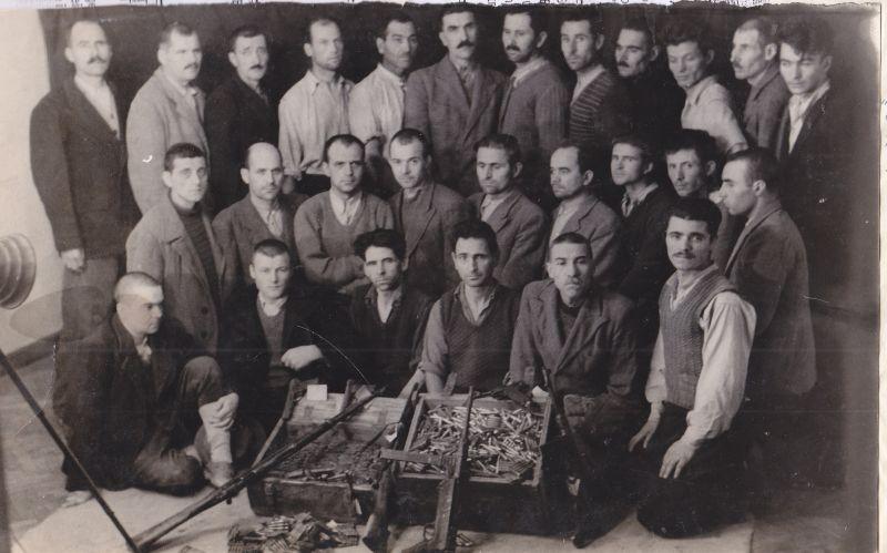 Grup de partizani din Dobrogea. Fotografie făcută de Securitate după arestarea lor (arhiva CNSAS) - foto preluat de pe: memorialsighet.ro