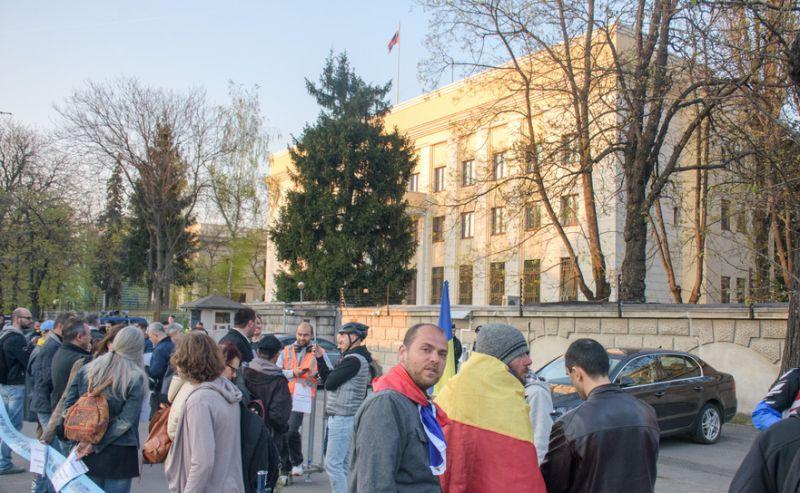 """Solidaritate cu protestatarii anti-corupție din Rusia"" (ambasada Rusiei - 31 martie 2017) - foto: epochtimes-romania.com"