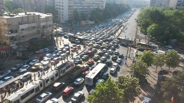 Traficul în Bucureşti - foto: b365.ro