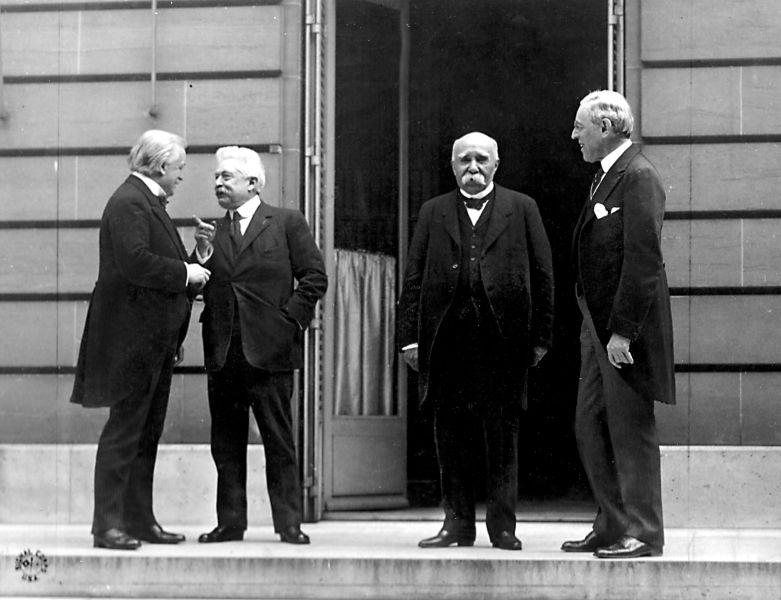 """""""Cei patru mari"""" în timpul Conferinţei de Pace de la Paris (de la stânga la dreapta, David Lloyd George, Vittorio Orlando, Georges Clemenceau şi Woodrow Wilson) - foto preluat de pe ro.wikipedia.org"""