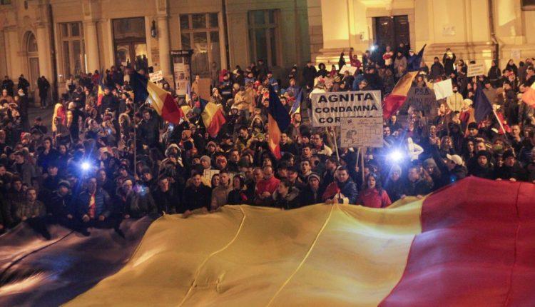 """Sibiu - Protest """"NU gratierii coruptilor - OUG 13 revine. Si noi!"""" (3 mai 2017) - foto: sibiulinimagini.ro"""
