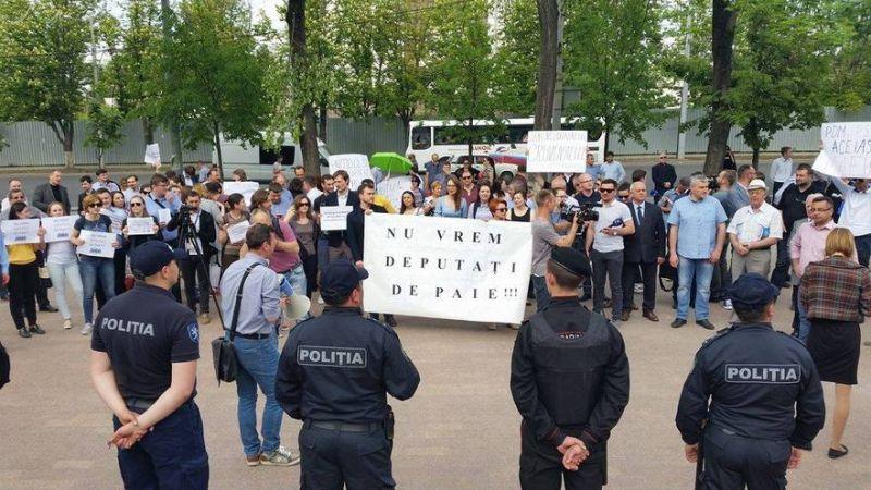 Protest în faţa Parlamentului de la Chişinău împotriva modificării sistemului electoral 05.05.2017 -  foto: The Epoch Times Romania