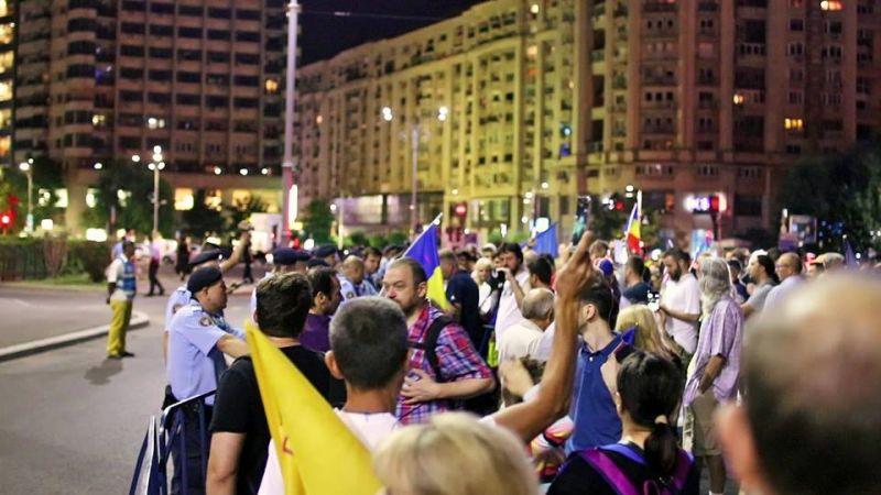 """Ziua 205. """"Românii apără justiţia de penali!"""" Protestatarii din Piaţa Victoriei fac apel la mobilizare - foto: Epoch Times Romania"""