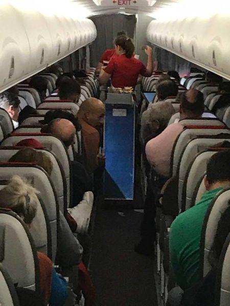Marius Vintilă in avion cu Liviu Dragnea - foto preluat de pe facebook.com