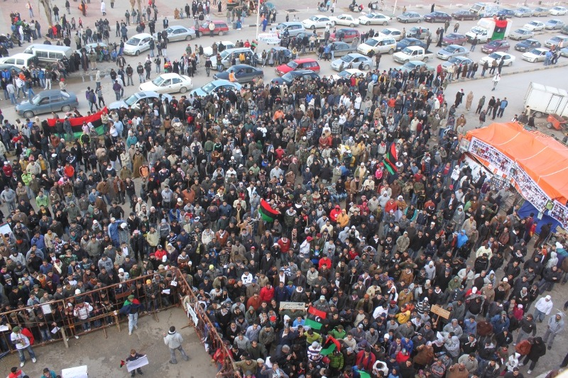A few hundred anti-Gaddafi protesters in Benghazi, February 2011- foto preluat de pe en.wikipedia.org