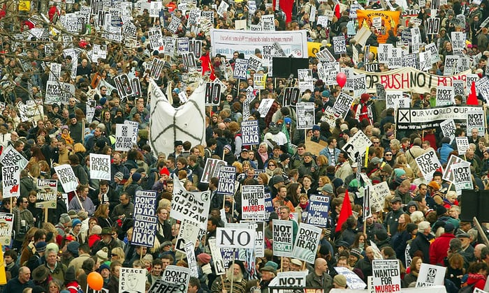 'In 2003, between six and 30 million people took part in about 600 cities worldwide, united by a belief that the proposed military intervention in Iraq was not justified by the facts.' Photograph: Peter Macdiarmid/Reuters - foto preluat de pe www.theguardian.co