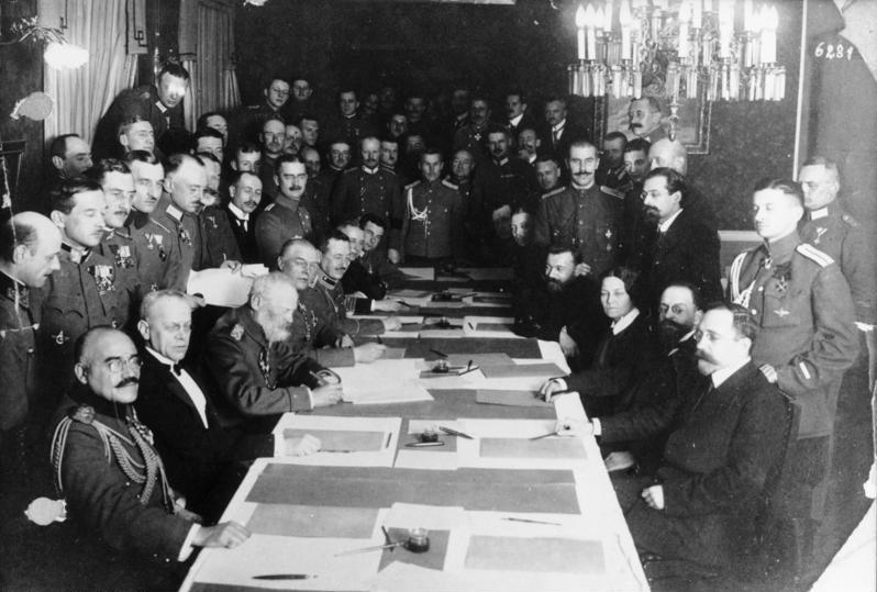 Tratatul de la Brest-Litovsk - Semnarea armistițiului între Rusia și Germania (3 martie 1918) - foto preluat de pe ro.wikipedia.org
