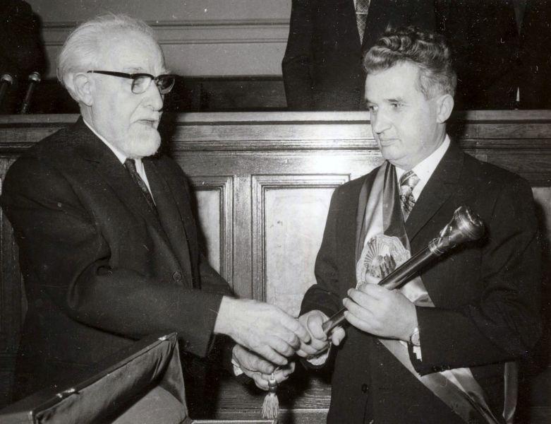 Ștefan Voitec înmânându-i lui Nicolae Ceaușescu sceptrul prezidențial în 1974 - foto preluat de pe ro.wikipedia.org