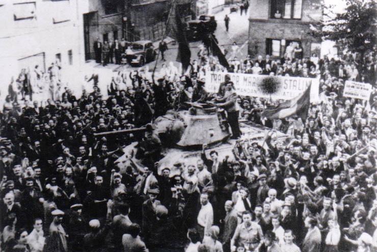 """Fotografie reprezentând un aspect de la intrarea Armatei Roşii în Bucureşti (29 - 30 august 1944) - foto preluat de pe """"Fototeca online a comunismului românesc"""" - Cota: 55/1944"""