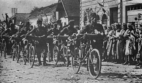 Armata horthystă intrând într-un sat din Transilvania, septembrie 1940 - foto preluat de pe ro.wikipedia.org