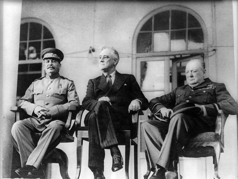 Conferința de la Teheran (28 noiembrie - 1 decembrie 1943) - Roosevelt, Stalin şi Churchill în faţa ambasadei sovietice din Teheran - foto preluat de pe ro.wikipedia.org