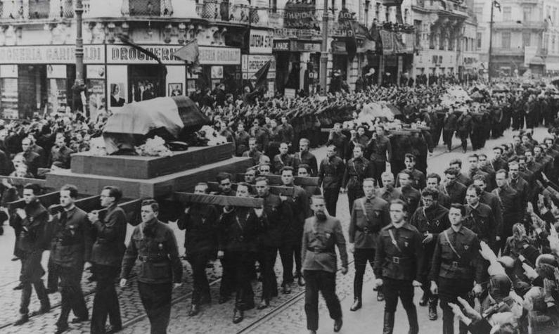 Procesiunea funerară a lui Corneliu Zelea Codreanu, la 30 noiembrie 1940 - foto preluat de pe pt.wikipedia.org
