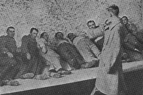 Masacrul de la Jilava (26 - 27 noiembrie 1940) - Reconstituirea asasinatelor de la Jilava - legionarul Marcu Octavian arată cum i-a executat pe prizonieri - legenda identică cu originalul - foto preluat de pe ro.wikipedia.org