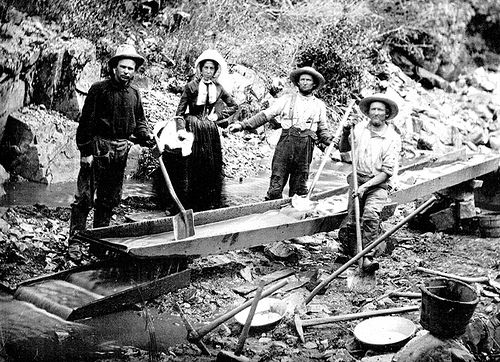 Prospectors working California gold placer deposits in 1850 - foto preluat de pe en.wikipedia.org