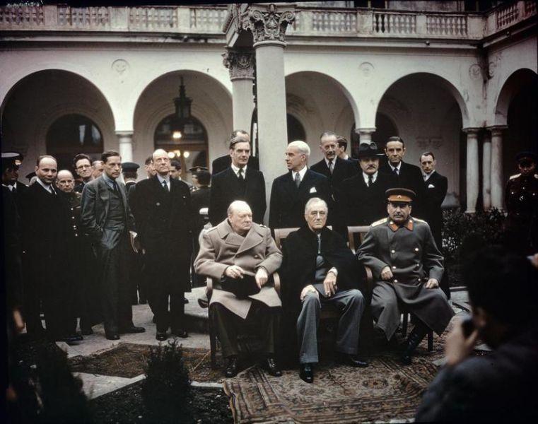 "Conferința de la Ialta (4 – 11 februarie 1945) – The ""Big Three"" at the Yalta Conference, Winston Churchill, Franklin D. Roosevelt and Joseph Stalin - Taken by War Office official photographer, United Kingdom - foto preluat de pe en.wikipedia.org"