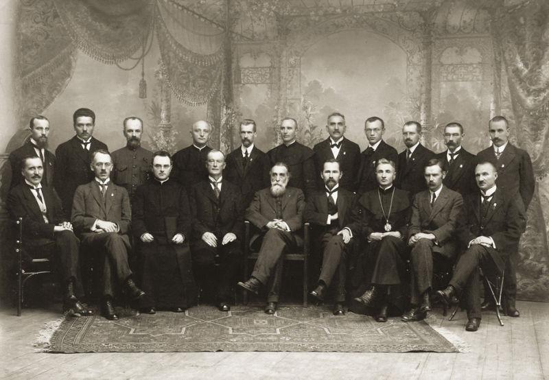 Declaraţia de Independenţă a Lituaniei - Cei 20 de membri ai Consiliului Lituaniei după semnarea Actului de la 16 februarie 1918 - foto preluat de pe ro.wikipedia.org