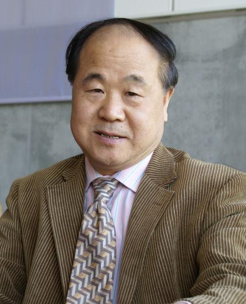 """Mo Yan (n. 17 februarie 1955) este pseudonimul sub care scrie Guan Muoye, un scriitor chinez. A fost distins cu Premiul Nobel pentru literatură în anul 2012, fiind considerat autorul, care cu realism halucinant îmbină povești populare, istorie și contemporaneitate"""". Mo Yan este membru al Partidului Comunist Chinez și vicepreședinte al Uniunii Scriitorilor din China - foto preluat de pe ro.wikipedia.org"""