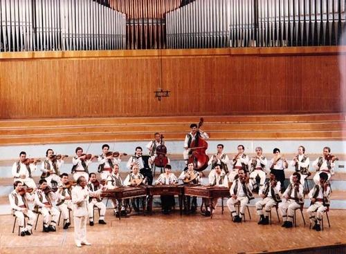 Paraschiv Oprea (n. 14 februarie 1937, Drăgăşani, d. 21 martie 2004, Bucureşti) a fost un dirijor, pianist şi compozitor român. A condus Orchestra de muzică populară Radio şi orchestra Ansamblului Rapsodia Română - (Paraschiv Oprea dirijând Orchestra de muzică populară Radio pe scena Sălii Radio)  foto preluat de pe ro.wikipedia.org