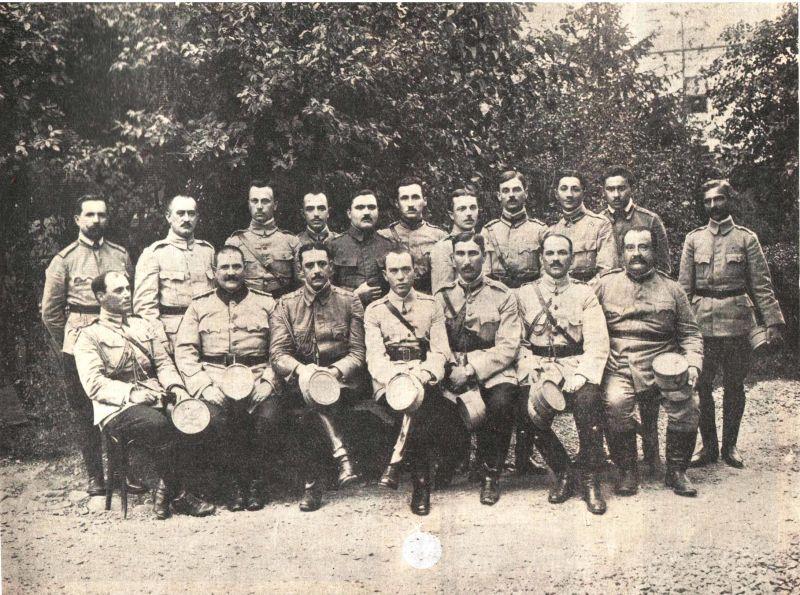 Ion Antonescu în anul 1918 (rândul de jos, în centru), alături de ofiţerii din Secţia Operaţiuni a Marelui Cartier General Român - foto preluat de pe ro.wikipedia.org