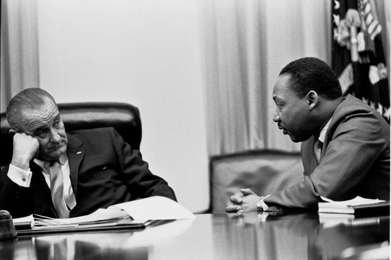 President Lyndon B. Johnson meeting with King in the White House Cabinet Room, 1966 - foto preluat de pe en.wikipedia.org