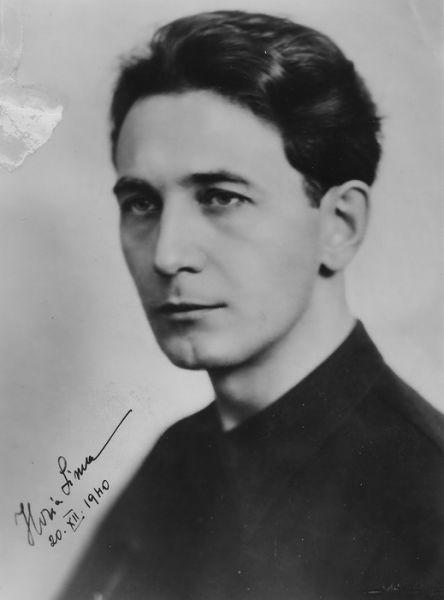 Horia Sima (n. 3 iulie 1906, Făgăraș - d. 25 mai 1993, Madrid) a fost profesor de liceu de limba română, politician fascist român, președintele partidului de orientare fascistă Garda de Fier, comandantul Mișcării Legionare, organizație paramilitară teroristă creată după modelul organizațiilor naziste SA și SS ministru în guvernul Ion Gigurtu (4 zile), vicepreședinte al consiliului de miniștri în guvernul național-legionar prezidat de Ion Antonescu. În zilele 21-23 ianuarie 1941, Horia Sima a declanșat și a condus Rebeliunea legionară împotriva generalului Ion Antonescu și a armatei române, pentru care a fost condamnat în contumacie la moarte (14 nov. 1941). În același timp cu rebeliunea, în fruntea legionarior, Sima a inițiat și condus cel mai mare și cel mai violent pogrom împotriva evreilor din istoria Munteniei, Pogromul de la București - foto preluat de pe secole.stelea.eu