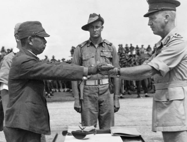 Capitularea Japoniei (2 septembrie 1945) - Comndantul armatei a 18-a japoneze din Npua Guinee, predându-şi sabia comandantului diviziei a 6-a australiene - foto preluat de pe ro.wikipedia.org