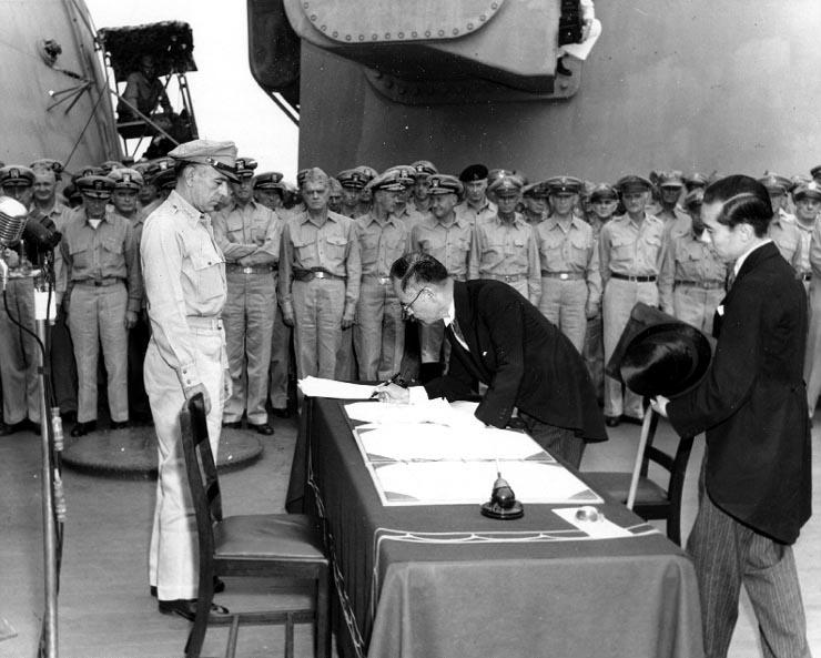 Capitularea Japoniei (2 septembrie 1945) -Ministrul japonez de externe Mamoru Shigemitsu semnând actul capitulării din partea Japoniei -foto preluat de pe ro.wikipedia.org
