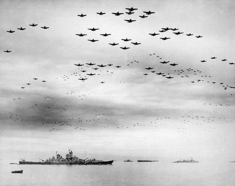 Capitularea Japoniei (2 septembrie 1945) -Formaţie uriaşa de avioane americane planând deasupra USS Missouri şi a Golfului Tokyo sărbătorind semnarea armistiţiului, 2 septembrie 1945 - foto preluat de pe ro.wikipedia.org