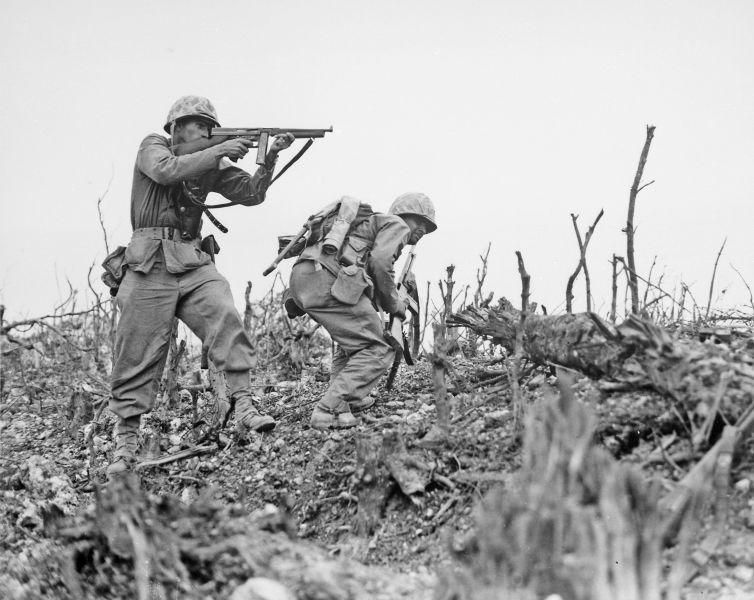 Capitularea Japoniei (2 septembrie 1945) - Infanterişti marini americani în timpul luptelor din Okinawa. Okinawa era considerată trambulina pentru asaltul final al insulelor din arhipelagul nipon – Operaţiunea Downfall - foto preluat de pe ro.wikipedia.org
