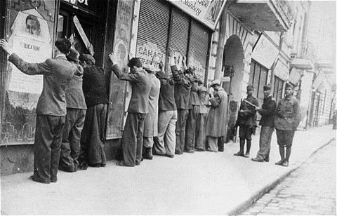 Pogromul de la Iași - (27 - 29 iunie 1941) - Evrei arestați de jandarmi români, Iași, 27 iunie 1941 - foto preluat de pe ro.wikipedia.org