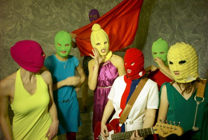 Pussy Riot este o formație feministă de punk rock din Moscova. Înființată în august 2011, aceasta organizează spectacole provocatoare despre viața politică din Rusia în locuri neobișnuite, cum ar fi pe acoperișul unui troleibuz sau pe o schelă aflată la metroul din Moscova - (Pussy Riot in ianuarie 2012) - foto Igor Mukhin, preluat de pe ro.wikipedia.org