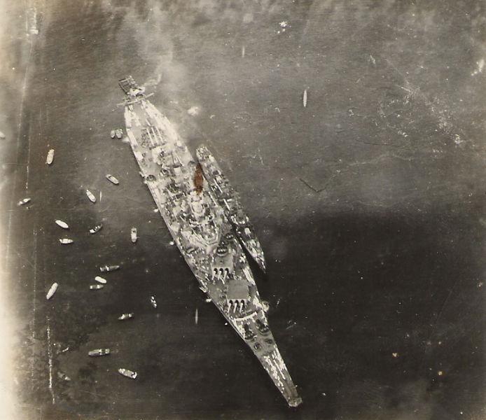Capitularea Japoniei (2 septembrie 1945) -Fotografie a USS Missouri făcută dintr-un avion participant la zborul pe deasupra Golfului Tokyo din timpul ceremoniei semnării capitulării Japoniei - foto preluat de pe ro.wikipedia.org