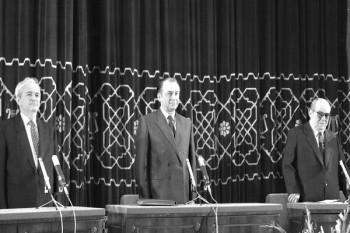 Depunerea jurământului (dupa alegerile din 20 mai 1990) de către președintele României, Ion Iliescu. În stânga imaginii este Dan Marțian, președintele Camerei Deputaților, iar în dreapta Alexandru Bârlădeanu, președintele Senatului foto: Lucian TUDOSE / Arhiva AGERPRES