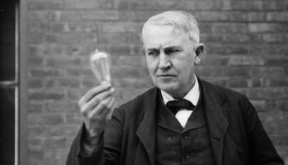 """Thomas Alva Edison (n.11 februarie 1847 Milan, OH, SUA – d.18 octombrie 1931, West Orange, NJ, SUA) a fost un important inventator și om de afaceri american al sfârșitului de secol XIX și început de secol XX. A fost cunoscut și ca """"Magicianul din Menlo Park"""", fiind și cel mai prolific inventator al timpului prin aplicarea practică a descoperirilor științifice (1093 brevete). A fost un autodidact, însă acest lucru nu l-a împiedicat să realizeze invenții în domeniul electricității (becul cu filament), al telefoniei, al sistemului de transmisie multiplă a telegramelor, al înregistrării mecanice a sunetului (fonograful) și al cinematografiei - kinetoscopul"""