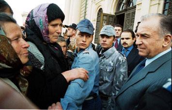 Ion Iliescu (n. 3 martie 1930, Oltenița), politician român, care a condus statul român în trei rânduri, ca președinte al CFSN între 22 decembrie 1989-1992, apoi ca președinte ales al României între anii 1992-1996 și 2000-2004. Între 1996-2000 și 2004-2008 a fost senator din partea PSD. Din (2006) este președinte de onoare al PSD - foto: cersipamantromanesc.wordpress.com