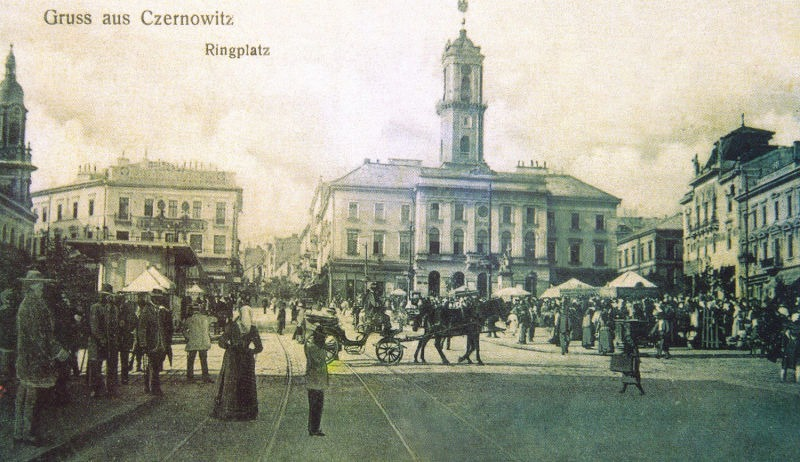 Cernăuți - piața centrală și clădirea primăriei - foto preluat de pe ro.wikipedia.org