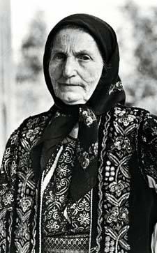 Elisabeta Rizea (n. 28 iunie 1912, Domnești, județul Argeș - d. 4 octombrie 2003) a fost o eroină a luptei anticomuniste din România, nepoată a liderului țărănist Gheorghe Șuța, ucis de comuniști în 1948. Împreună cu soțul ei a sprijinit activ grupul de rezistență anticomunistă Arsenescu-Arnăuțoiu. A fost arestată și torturată de autoritățile comuniste în 1952 și 1961. A executat 12 ani de închisoare. Povestea ei a devenit cunoscută publicului în urma unui interviu din 1992, inclus în documentarul Memorialul Durerii, de Lucia Hossu-Longin - foto: facebook.com