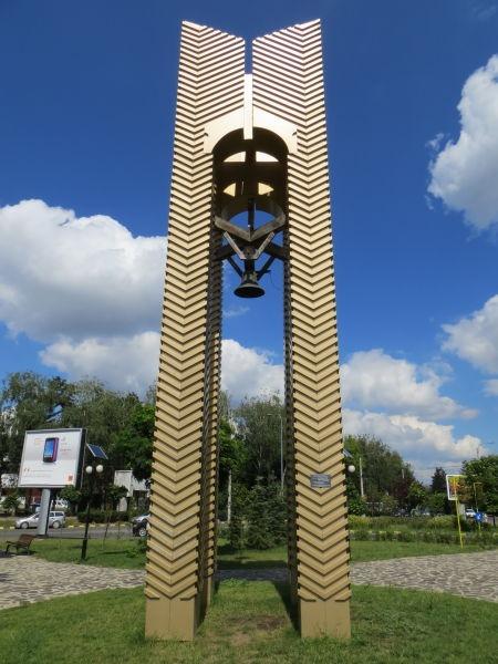 """""""Monumentul Unirii"""" din Suceava """"Monument ridicat în cinstea Marii Uniri a Bucovinei cu patria mamă 28 noiembrie 1918"""" - foto preluat de pe ro.wikipedia.org"""