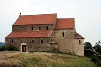 Biserica Sf. Mihail din Cisnădioara, monument istoric și de arhitectură din secolul al XIII-lea, edificiu reprezentativ pentru arta romanică din Transilvania - foto: ro.wikipedia.org