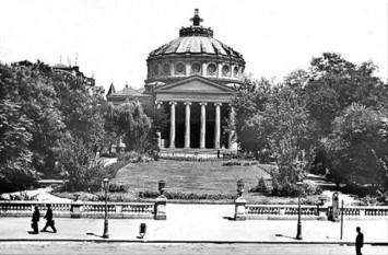 """Ateneul Român este o sală de concerte din București, situată pe Calea Victoriei, în Piața George Enescu (în partea nordică a Pieței Revoluției). Clădirea, care este realizată într-o combinație de stil neoclasic cu stil eclectic, a fost construită între 1886 și 1888, după planurile arhitectului francez Albert Galleron. În prezent, adăpostește și sediul Filarmonicii """"George Enescu"""" - foto: cersipamantromanesc.wordpress.com"""