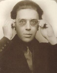 André Breton, n. 19 februarie 1896 - Paris, d. 28 septembrie 1966) a fost un poet francez, eseist, editor și critic, șef inițiator și unul dintre fondatorii curentului cultural suprarealism, împreună cu Paul Eluard, Luis Buñuel și Salvador Dalí printre alții. Manifestele suprarealiste ale lui Breton conțin cele mai importante expuneri teoretice ale mișcării, in imagine, André Breton în 1924 - foto: ro.wikipedia.org
