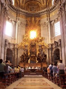 """Cathedra Petri (în traducere """"Scaunul lui Petru"""") este un jilț care se află în Bazilica Sf. Petru din Roma. Jilțul din secolul al IX-lea a fost prelucrat în stil baroc de Gian Lorenzo Bernini, care a realizat ansamblul monumental care domină astăzi absida principală a Bazilicii Sf. Petru. Cathedra Petri este de asemenea o sărbătoare romano-catolică, fixată pe 22 februarie, sărbătoare care rememorează funcția de verhovnic (întâistătător) al apostolilor, deținută de apostolul Petru - foto: ro.wikipedia.org"""