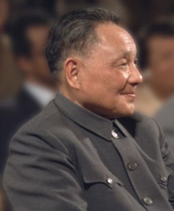 """Deng Xiaoping (n. 22 august 1904, d. 19 februarie 1997) a fost un lider al Partidului Comunist din China. Deși niciodată nu a avut titlul de șef de stat sau șef de guvern, Deng a fost liderul de facto al Republicii Populare Chineze de la sfârșitul aniilor 1970 până la începutul aniilor 1990. A fost fondatorul """"socialismului cu caracteristice chinezești"""" și a reformei economice din China, cunoscută ca """"economia de piața socialistă"""". Este crediat cu faptul că a adus China mai aproape de capitalism și a determinat creșterea foarte rapidă a economiei chineze timp de peste trei decenii - foto - cersipamantromanesc.wordpress.com"""