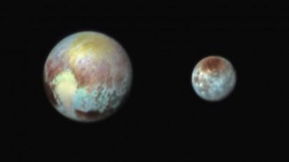 Pluto și Charon văzute de New Horizons (culori accentuate; 13 iulie 2015) - foto: ro.wikipedia.org