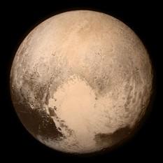 Pluto (numit adesea Pluton, mai ales în lucrări mai vechi) este o planetă pitică din Sistemul Solar, a doua ca masă după Eris și, ca volum, cea mai mare planetă pitică. A fost descoperită în anul 1930 de către astronomul american Clyde William Tombaugh. Obiectele cu orbite asemănătoare cu cea a lui Pluto se mai numesc plutine - in imagine, Pluto fotografiat de sonda spațială New Horizons la 13 iulie 2015 - foto: ro.wikipedia.org