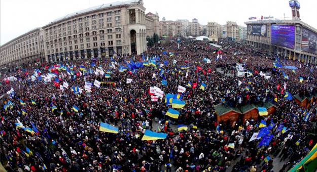 mass-demonstration-in-euromaidan-586x319