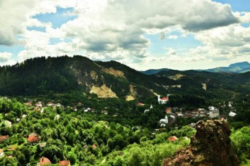 Localitatea -Rosia Montană văzută din masivul Vaidoaia - foto ziarulunirea.ro