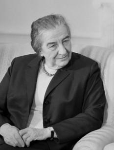 Golda Meir (născută Golda Mabovici, n. 3 mai 1898 – d. 8 decembrie 1978) a fost politiciană social-democrată israeliană, al patrulea prim-ministru al statului Israel. Meir a fost aleasă prim ministru al Israelului la 17 martie 1969, după ce servise ca ministru de externe. A fost prima femeie din Israel și a treia din lume care a ocupat funcția de șefă de guvern - foto: ro.wikipedia.org