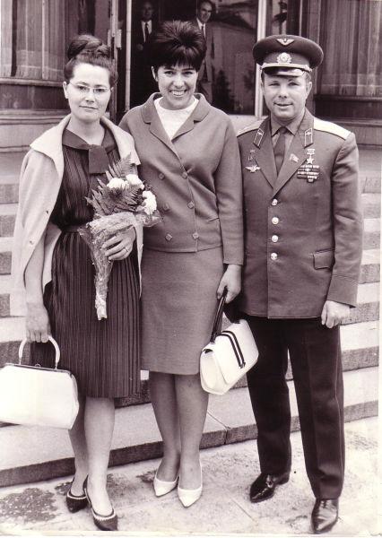 Valentina Gagarina, Sima Eyvazova and Yuri Gagarin in Bulgaria in 1966 - foto preluat de pe en.wikipedia.org