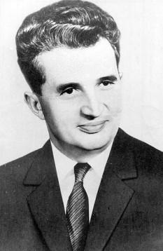 """Nicolae Ceaușescu (n. 26 ianuarie 1918, Scornicești – d. 25 decembrie 1989, Târgoviște) a fost un om politic comunist român, secretar general al Partidului Comunist Român, șeful de stat al Republicii Socialiste România din 1967 până la căderea regimului comunist, survenită în 22 decembrie 1989. La 22 decembrie 1989, printr-un decret al CFSN semnat de Ion Iliescu, a fost constituit Tribunalul Militar Excepțional. La 25 decembrie 1989, soții Nicolae și Elena Ceaușescu au fost judecați în cadrul unui proces sumar de acest tribunal, condamnați la moarte și executați la câteva minute după pronunțarea sentinței. În iulie 2015, România a interzis prin lege """"cultul lui Ceaușescu"""" - foto: ro.wikipedia.org"""
